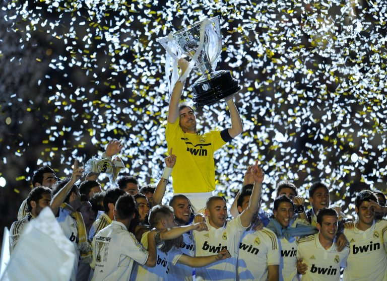 MADRID, SPAIN - MAY 13:  Iker Casillas of Real Madrid CF holds up the La Liga trophy as he celebrates with team-mates after the La Liga match between Real Madrid CF and RCD Mallorca at Estadio Santiago Bernabeu on May 13, 2012 in Madrid, Spain.  (Photo by Denis Doyle/Getty Images)