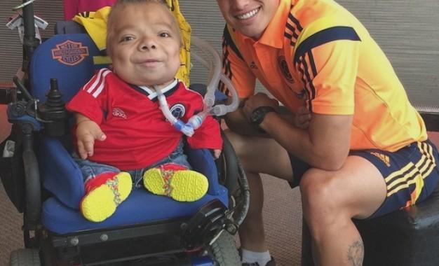 خامس در کنار یک معلول طرفدار کلمبیا